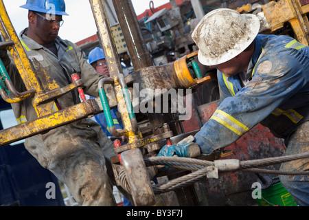 Ölarbeiter Ölbohrungen auf Prüfstand - Stockfoto