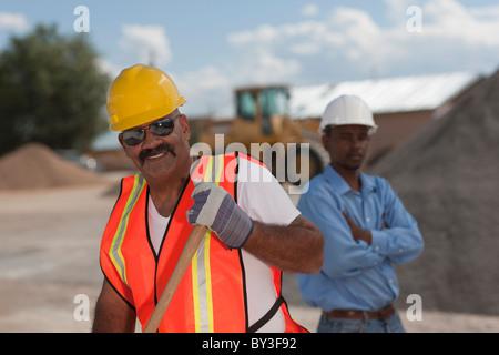 Porträt der Bauarbeiter auf der Baustelle - Stockfoto