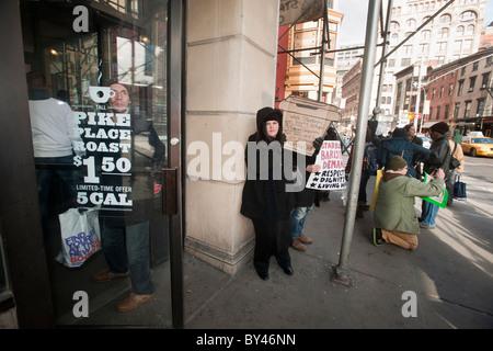 """Starbucks-Mitarbeiter und Unterstützer protestieren, """"Starbucks angeblich gewerkschaftsfeindliche Aktivitäten in - Stockfoto"""