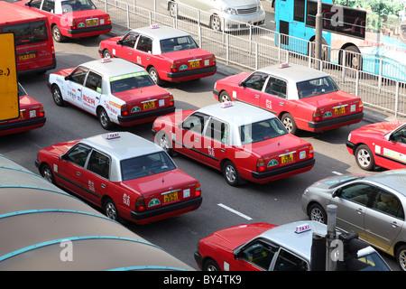 Taxis auf der Straße von Hong Kong - Stockfoto