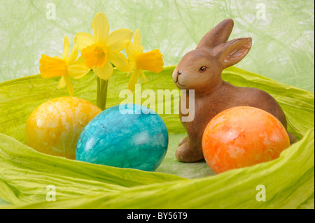 osterhase in green nest mit glas eier stockfoto, bild