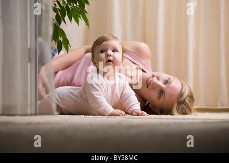 Eine Mutter und ihr Baby nachschlagen - Stockfoto