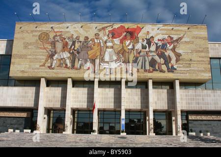 Albanien-Tirana-Tirana-kommunistische Propaganda Mosaik Außenfassade des National History Museum in Skanderbeg-Platz - Stockfoto