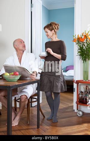 Ein älteres Paar am Morgen - Stockfoto