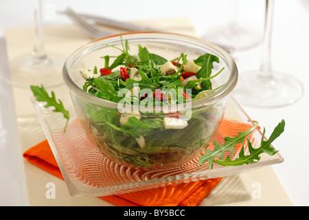 Grüner Salat mit Goji-Beeren und Käse. Rezept zur Verfügung. - Stockfoto