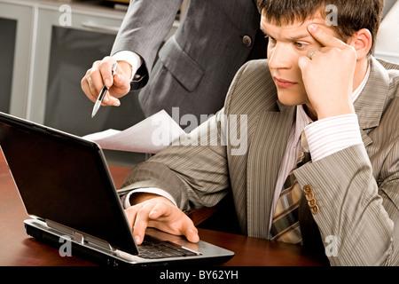 Porträt von durchdachten Boss auf Monitor Laptop - Stockfoto