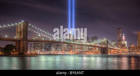 Die zwei Lichtstrahlen der Tribute in Light, eine Erinnerung an die Ereignisse des 11. September 2001, Leuchten - Stockfoto