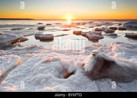 Eis bildet am Lake Winnipeg am Sonnenuntergang, Victoria Beach, Manitoba, Kanada. - Stockfoto