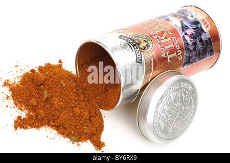 Container von Fiddes Payne authentische Tikka-Curry-Pulver Verschütten auf einer weißen Fläche - Stockfoto