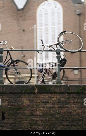 Niederländische Fahrräder eingehakt überall in Amsterdam - Stockfoto