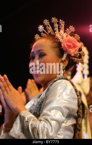 Frau Tänzerin trägt eine traditionellen südlichen Thai Kostüm beim Tanzen auf dem Tanzfestival Krabi in Krabi, Thailand. - Stockfoto