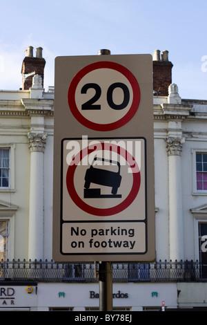 Geschwindigkeit und Parkverbot unterzeichnen in Royal Leamington Spa - Stockfoto