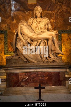 Michelangelos Pietà Skulptur Kreuz Kruzifix Vatikan in Rom Italien - Stockfoto