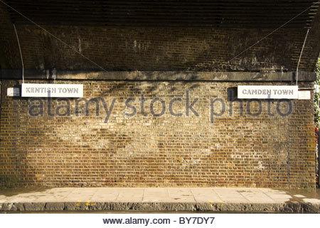 Zeichen unterscheiden die beiden Stadtteile von Kentish Town und Camden Town in Nord-London, UK. - Stockfoto