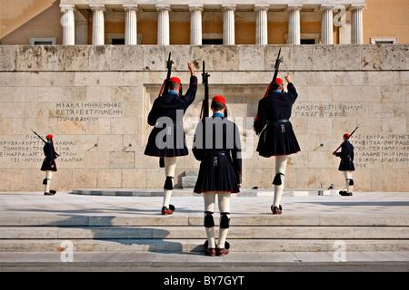 """Ändern der Präsidentengarde (""""Evzones"""" oder """"Evzzoni"""") vor dem Denkmal des """"Unbekannten Soldaten"""", Athen, Griechenland. - Stockfoto"""