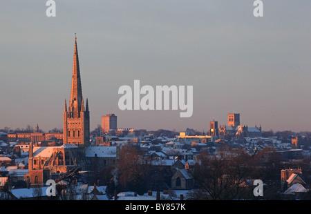 Norwich Kathedrale und unter Schnee - Stockfoto