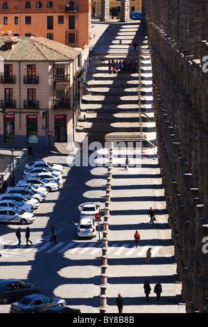Segovia, Provinz Segovia, Spanien. Der römische Aquädukt und Schatten. UNESCO-Weltkulturerbe. - Stockfoto
