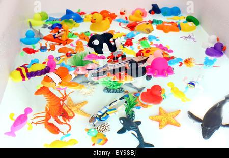 Badewanne Spielzeug, verschiedene bunte Figuren in einem Pool oder Bad Wanne mit Spielplatz für Kinder. Wind-up Figuren, Mechaniker. Stockfoto