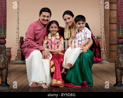 Porträt einer South indischen Familie sitzen auf einer jhula - Stockfoto