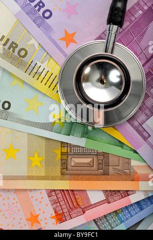 Stethoskop auf ein Fan von Euro-Banknoten, symbolisches Bild für das Gesundheitswesen Kostenexplosion, Krankheitskosten - Stockfoto