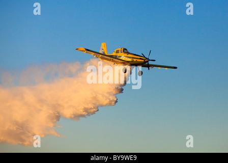 Air Tractor AT-802 Löschwasser bomber Flugzeug fallen Wasser. - Stockfoto