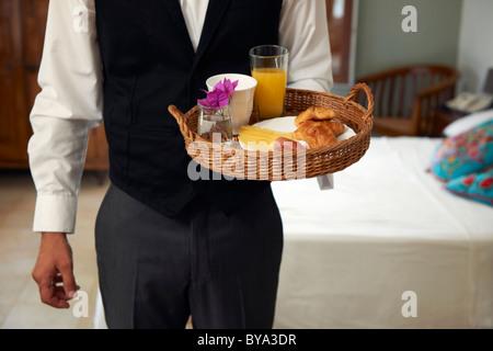 Kellner mit Frühstückstablett - Stockfoto