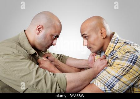 Männer mit Glatze bekämpfen - Stockfoto