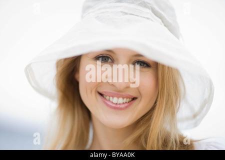 Lächelnde Frau mit Hut - Stockfoto