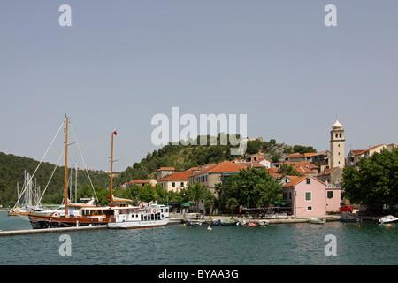 Hafen und den Fluss Krka, Skradin, Dalmatien, Kroatien, Europa - Stockfoto