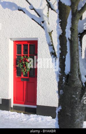 Winter-Szene der Haus-Fassade im Dorf Waringstown, County Armagh, Nordirland. - Stockfoto
