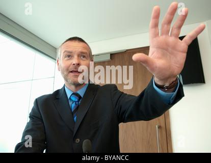 Unternehmensführer hält Rede - Stockfoto
