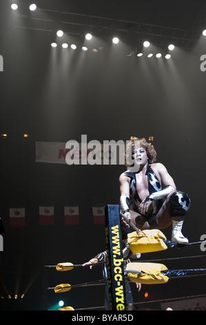 Luchador (mexikanischen Wrestler) oben auf dem Ring bereit, auf seinen Gegner zu springen. - Stockfoto