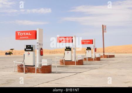 Total Tankstelle in der Sahara-Wüste zwischen Nouadhibou und Nouakchott, Mauretanien, Nordwestafrika - Stockfoto