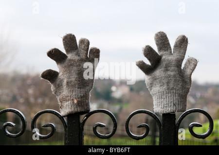 Ein paar verlorene Handschuhe auf Park Geländer gelegt. - Stockfoto