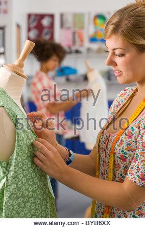 Ernsthaften Studenten nähen Kleidung in Hauswirtschaft Klasse - Stockfoto