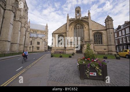 Die Kirche von St. Michael le Belfrey, York und über die Straße von es, Teil der Südwand der Klosterkirche. - Stockfoto