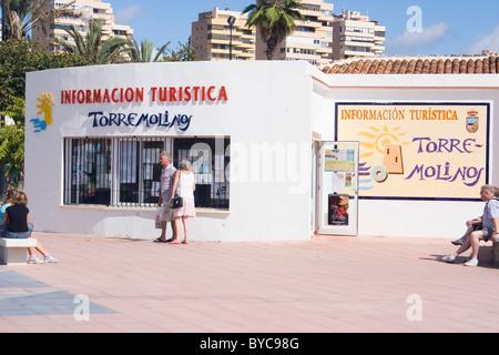 Torremolinos, Costa Del Sol, Provinz Malaga, Andalusien, Spanien. Touristen vor der Tourist Information. - Stockfoto