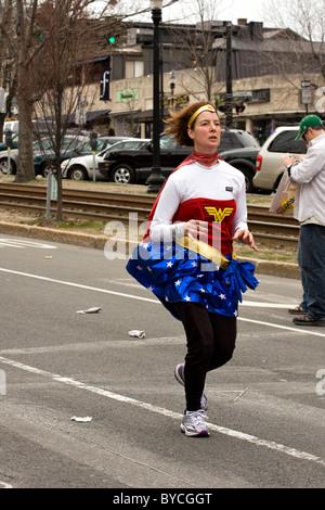 Frau läuft in den 2009-Boston-Marathon ein Wonder Woman Kostüm. - Stockfoto