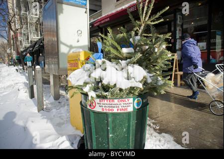 Ein überquellenden Papierkorb ist im New Yorker Stadtteil Chelsea gesehen. - Stockfoto