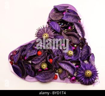 Valentinstag-Grußkarte mit violetten Blüten und Perlen. - Stockfoto