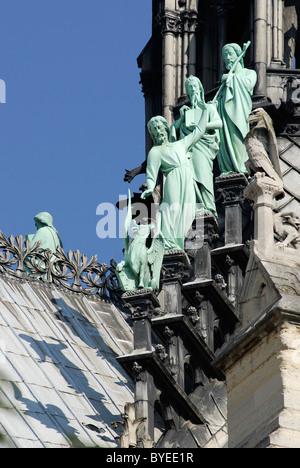 Statuen der Apostel des Heiligen Lukas an der Basis des Turms der Kathedrale Notre Dame in Paris - Stockfoto
