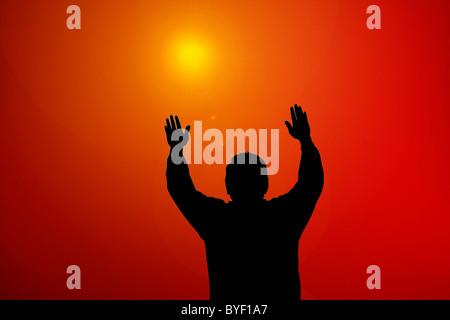 Sonnenuntergang Lichtstrahl scheint auf Mann mit Händen - Stockfoto