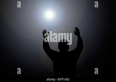 Sun beam scheint auf Mann mit Händen - Stockfoto