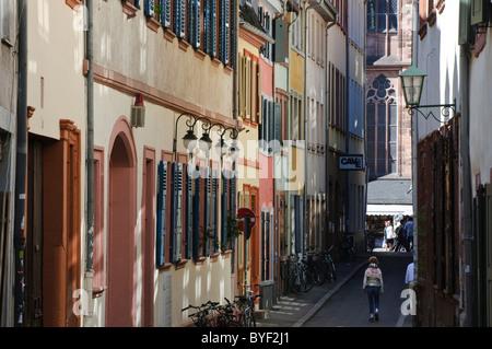 Heidelberg, Altstadt, kleine Straße mit Heiliggeist Kirche, Baden-Württemberg, Deutschland - Stockfoto