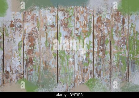 Seite eines alten Hauses mit Farbe gesäumt und Peeling. - Stockfoto