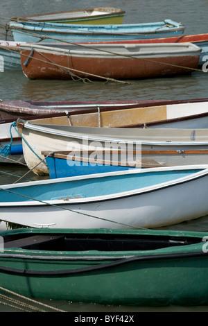 Bunte Boote vertäut im Hafen von Lyme Regis - Stockfoto