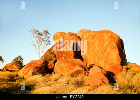 Die Teufel Felsbrocken, Stewart Highway, Nordaustralien. Diese Formation sieht aus wie der Kopf eines gefallenen - Stockfoto