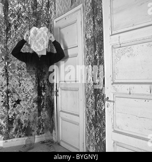 Geisterhafte Figur Verblassen In Strukturierten Peeling Wandfläche.    Stockfoto