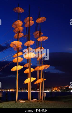 """Griechenland, Thessaloniki. Eine künstlerische Installation, genannt """"The Umbrellas' von George Zoggolopoulos, an - Stockfoto"""