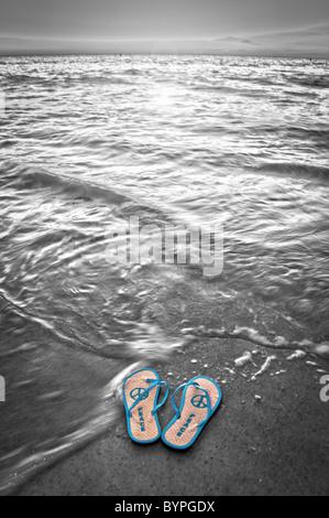 Frieden Flip-Flops am Indian Rocks Beach in Florida. - Stockfoto